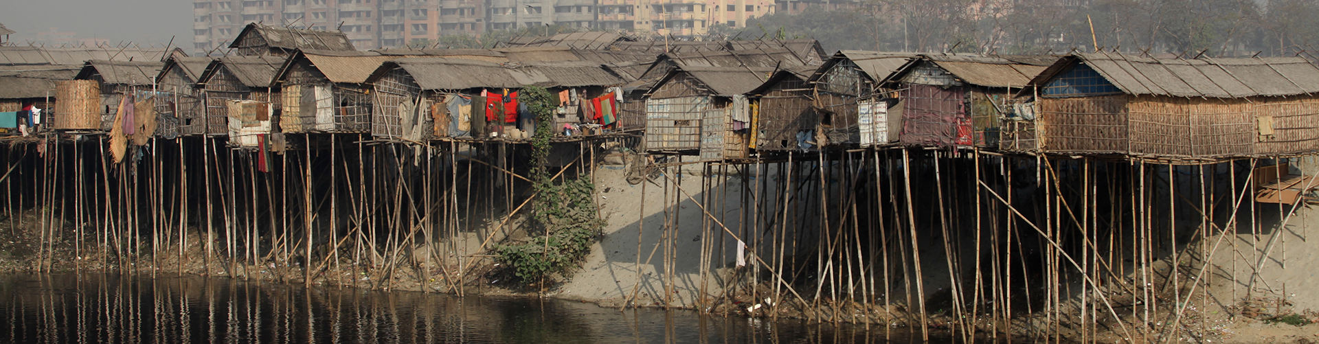 Shanties in front of high rise buildings at Hazaribagh in Dhaka © Abir Abdullah / ADB